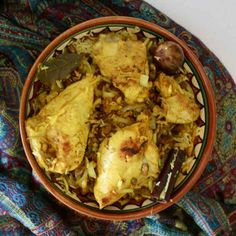 Chicken majboos is a traditional spiced Arab rice dish that is similar to Indian biryani, and that is popular in the Sultanate of Oman. Arab Rice, Tasty, Yummy Food, Middle Eastern Recipes, Biryani, Rice Dishes, International Recipes, Spices, Appetizers