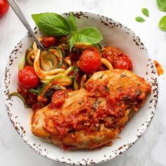 Need dinner in under 30? This Garlic Basil & Tomato Chicken with zoodles is for you! #glutenfree #paleo #whole30 RECIPE >> https://www.asaucykitchen.com/tomato-basil-garlic-chicken/ #asaucykitchen #zoodles #chicken