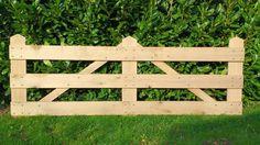 Zoekt u een eikenhouten poort voor uw erf of een luxe landhek voor in de weide? Deze toegangspoort is gemaakt van glad geschaafd eiken planken van 27x180 mm.