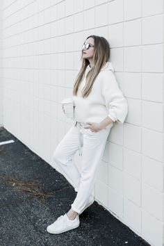 All white spring athleisure outfit and styling tips. Outfits Spring, Summer Shorts Outfits, Short Outfits, Trendy Outfits, Athleisure Fashion, Athleisure Outfits, Sporty Style, Casual Street Style, Uggs