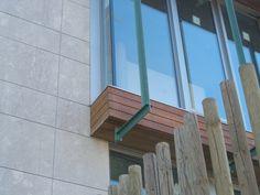 Detalle de piedra en fachada (tina menor) y alero en madera de Ipe