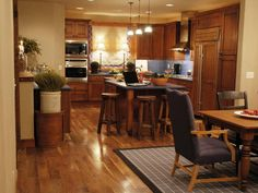 The 2007 HGTV Dream Home combines form and function to create a casual, elegant kitchen.