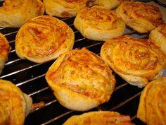 Alle børns favorit - de klassiske pizzasnegle. Bag dem traditionelt med skinke og ost eller prøv soltørrede tomater, pesto eller rosmarin. Find opskrift på dej og fyld her.