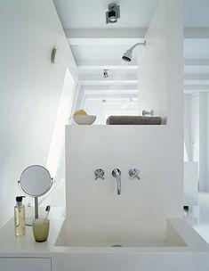 Minimalistische slaapkamer met badkamer