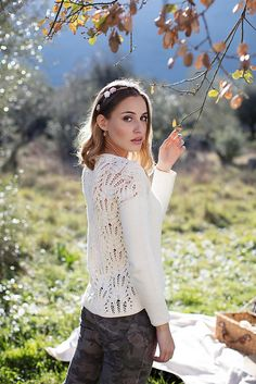 Made with Ecotton, an organic yarn with natural dyes, this design was inspired by nature. The lace stitch seamlessly blends the leaf design with high branches, the same as in the wild bushes that occasionally transform into brooms - the 'Giestas' (scotch brooms in portuguese).