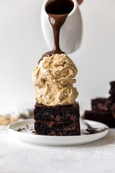 Chocolate Espresso Brownie Sundaes are the sundaes of your dreams. Stacks of espresso infused, chocolate chunk brownies Chocolate Chunk Brownies, Espresso Brownies, Chocolate Ganache, Chocolate Art, Chocolate Sundae, Chocolate Company, Dessert Chocolate, Just Desserts, Delicious Desserts