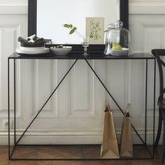 La console Romy. Élégante et discrète, cette console métal mise sur la légèreté des lignes pour s'intégrer dans tous les styles d'intérieur. Idéale dans une entrée, un salon, ou même une chambre, pour accueillir une lampe, un vase ou un bel objet déco. Caractéristiques :En métal noir, laqué époxy.Dimensions : - L120 x H85 x P40 cm.Dimensions et poids du colis :- L129,5 x H45,5 x P91,8 cm, 29 kg.Livraison chez vous :Votre console sera livrée chez vous sur rendez-vous, même à l'étage !