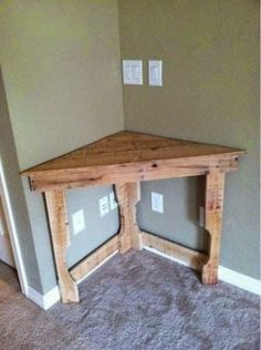 This could be great in the dining room for flowers or cell phone charge station! Recycled pallet wood corner desk - Model Home Interior Design Pallet Crafts, Diy Pallet Projects, Home Projects, Pallet Ideas, Wood Corner Desk, Corner Table, Corner Space, Diy Corner Shelf, Corner Bar