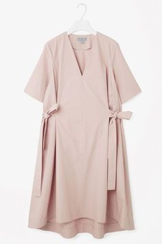 Coming in at the waist, this v-neck dress has tie belts on either sides, creatin. Coming in at the waist, this v-neck dress has tie belts on either sides, Cos Dresses, Dusty Pink Dresses, Trendy Dresses, Simple Dresses, Nice Dresses, Hijab Stile, Best Summer Dresses, Dress Summer, Pink Summer
