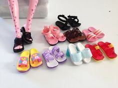 DIY Doll shoes for Barbie and MH. Make a great variety of Monster High Doll Shoes using foam paper, ribbons and hot glue. Don't miss my 6 other Doll Shoes & . Barbie E Ken, Barbie Dolls Diy, Diy Barbie Clothes, Barbie Clothes Patterns, Crochet Doll Clothes, Sewing Dolls, Barbie Dress, Diy Doll, Dress Patterns