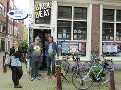 bij Back Beat Records Amsterdam met wielrenster in spe Maryse van Dalen en fotograaf Bob Rootsman en fietsmaker/platenbaas Dick Backbeat Baars
