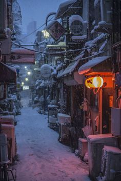 Japan - Golden Gai entertainment area in winter (photo by Petri Artturi Asikainen)