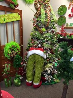 50 Perfect Christmas Bathroom Decorations That Will Amaze You – The Best DIY Outdoor Christmas Decor Grinch Christmas Decorations, Unique Christmas Trees, Christmas Tree Crafts, Outdoor Christmas, Beautiful Christmas, Christmas Wreaths, Vintage Christmas, Handmade Christmas, Snowman Christmas Trees