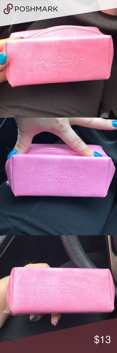 Lilly Pulitzer Make Up small case ✅✅✅ Ship fast and ❌trade Lilly Pulitzer small make up case Great for traveling  Doesn't take too much space Pre- loved but in a great shape Lilly Pulitzer Bags Cosmetic Bags & Cases