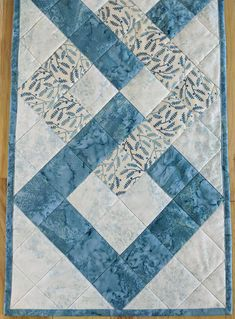 PDF pattern for interlocking squares table runner, DIY quilted table runner, Metric conversions Patchwork Table Runner, Table Runner And Placemats, Quilted Table Runners, Table Topper Patterns, Quilted Table Toppers, Colchas Quilting, Quilting Projects, Quilting Tutorials, Quilting Designs