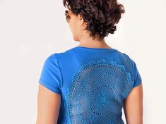 Blue t-shirt with upcycled vintage crochet doily back Size L