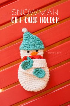 The gift that keeps on giving? Why not dress up a plain gift card this year with an adorable snowman gift card holder? Free pattern! | www.1dogwoof.com