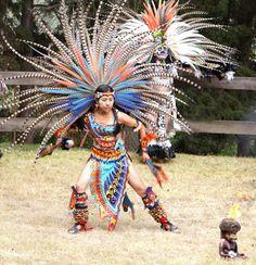 Penachos Aztecas Mexican Gods, Mexican Art, Carribean Carnival Costumes, Aztec Costume, Carnival Dancers, Aztec Warrior, Aztec Art, Ecuador, Native American Tribes