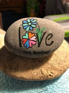 Easy Paint Rock For Try at Home (Stone Art & Rock Painting Rock Painting Patterns, Rock Painting Ideas Easy, Rock Painting Designs, Paint Designs, Pebble Painting, Pebble Art, Stone Painting, Stone Crafts, Rock Crafts