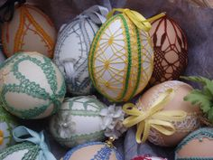 Paaseieren.Kloswerk: Wemmie Eggens. Lacemaking, Lace Patterns, Egg Decorating, Bobbin Lace, Easter Eggs, Diy And Crafts, Xmas, My Favorite Things, Crochet