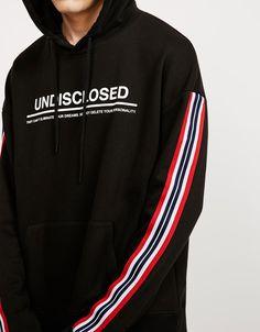 Felpa con capucha 'Undisclosed'. Descubre ésta y muchas otras prendas en Bershka…