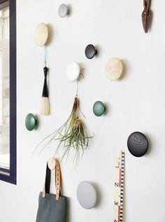 Kapstokhaken zijn uitermate geschikt om, behalve jassen en tassen, ook bloempotten aan te hangen. Je kunt de haken bevestigen aan hout, maar ook direct aan de muur bevestigen.