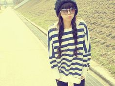 Mikki. My favorite ulzzang. That sweater looks so comfy and cute on her.
