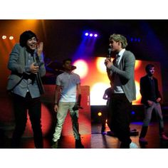 Niall singing to Harry, and Harry fangirling BEST NARRY PICTURE EVER!!!!!!!! <3 <3 <3 <3 <3 <3 <3 <3 <3