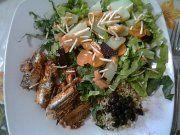 Arroz integral, feijão preto, salada com folhas e legumes cozidos no vapor, sardinha ao molho de tomate e batata palha.