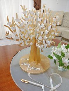 Árvore personalizada com os nomes dos noivos e data do casamento. <br>Os convidados assinam nos corações com caneta permanente preta, decorada com fita de cetim e strass (peça inclusa) e os noivos podem decorar a casa depois, guardando como recordação. <br>Uma graça! <br> <br> <br>60 CORAÇÕES - Árvore com 30 x 30cm - R$ 230,00 <br>100 CORAÇÕES - Árvore com 30 x 30cm - R$ 265,00 <br>150 CORAÇÕES - Árvore com 40 x 40cm - R$ 310,00 <br>200 CORAÇÕES - Árvore com 40 x 40cm - R$ 350,00 <br>300…