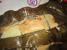Tamal en hoja de platano relleno de pechuga de pollo con mole