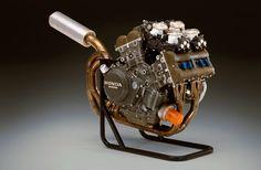 Moteur V4, 32 valves à pistons ovales du Honda NR750