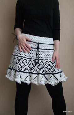 Sukně přes legíny nebo plavky Háčkovaná bílo-černá sukně přes legíny z příjemného materiálu (60% bavlna 40% acryl), doplněná úzkou černouháčkovanou šňůrkou místo pásku, zakončenou dvěma černými korálky. Sukně se zapína vzadu na tři černé knoflíky. velikost cca 38 - 40 (prosím měřte a pokud máte pochybnosti, ptejte se) délka sukně 43cm šířka v pase ... Lace Shorts, Ballet Skirt, Crochet, Skirts, Women, Fashion, Moda, Women's, Skirt