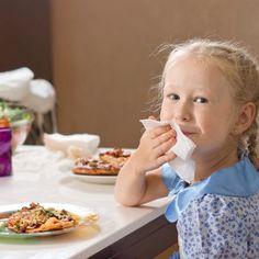 Enseñar a los niños buenos modales en la mesa.