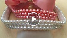 Olá meninas! No vídeo de hoje, mostro uma maneira super fácil e rápida de bordar pérolas em elásticos e fitas! O resultado é lindo e valoriza o trabalho da artesã. Espero que gostem!!!