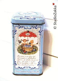 Vintage can voor real Dutch hagelslag (chocolate sandwichsprinkles)...en een roze voor de pure chocolade.