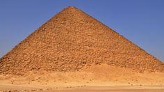 Piramida Bent di Dahshur terletak sekitar 40 kilometer sebelah selatan Kairo. Ini adalah salah satu dari piramida Mesir kuno yang tidak biasa, tetapi sampai tahun 1996,