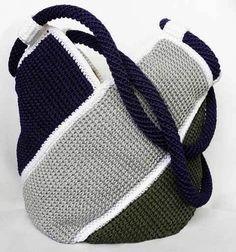Un bolso tejido a crochet bonito, elegante y practico. Es un bolso tipo saco y muy fácil de hacer, que puedes hacer de un solo color, dos o cuatro diferentes. El bolso consta de cuatro tiras de 10 por 40 cm, de tejido a ganchillo o crochet, puedes hacer el punto que mas te guste. …