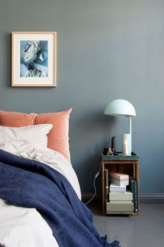 Soveromsvegg malt i St. Blue Bedroom, Bedroom Colors, Colourful Bedroom, St Pauls Blue, Daybed Bedding, Above Bed, Dresser As Nightstand, Bookshelves, Sweet Home