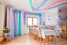 Dekoration der Baby Shower in Pastelltönen: Pom Poms, Girlanden und…