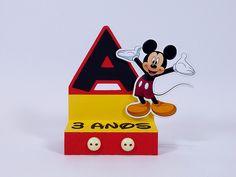 Porta Bis Duplo no tema Mickey personalizada com inicial e idade do aniversariante. Fica linda na decoração da mesa de lembrancinhas. Festa Mickey.
