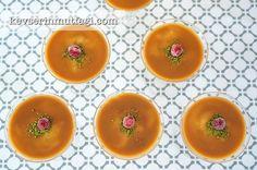 """Karamelli Muhallebi Tarifi - Malzemeler : 5 su bardağı (1 lt) süt, 4 tepeleme yemek kaşığı un, 3/4 su bardağı şeker (çok tatlı seviyorsanız 1 su bardağı kullanabilirsiniz), 1 yumurta, 100 ml <a href=""""http://www.youtube.com/watch?v=gcItIxyuABg"""">krema</a>, 2 paketşekerli vanilin. 4 yemek kaşığı toz şeker, 1 su bardağı süt, 100 ml krema."""