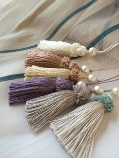 新着キータッセル|カーテン屋おおいしの日記 Diy Tassel, Tassel Jewelry, Silk Ribbon Embroidery, Hand Embroidery, Handmade Crafts, Diy And Crafts, Saree Tassels, How To Make Tassels, Pom Pom Crafts