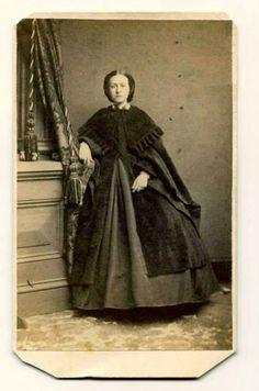 civil war era fashion Antique Photos, Vintage Photographs, Vintage Photos, Victorian Women, Victorian Fashion, Portraits Victoriens, Fashion Cape, Civil War Fashion, Civil War Dress