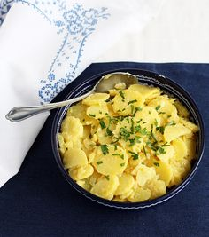 Dieser Kartoffelsalat ist fixer Bestandteil auf nahezu jeder oberösterreichischen Grillfeier - nicht ohne Grund. Ein original Rezept aus dem Alpenvorland.