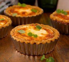 Kylmäsavulohi-vuohenjuustopiiraat Resepti | Dr. Oetker Nom Nom, Muffin, Food And Drink, Pie, Bread, Breakfast, Brunch Ideas, Kitchen, Torte