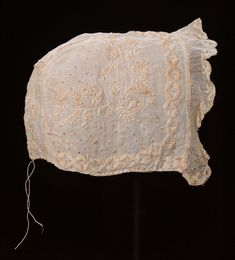 Baby cap in linen with cotton embroidery and machine-made lace; American, early 19th century.Museum of Fine Arts, nr. 52.1496