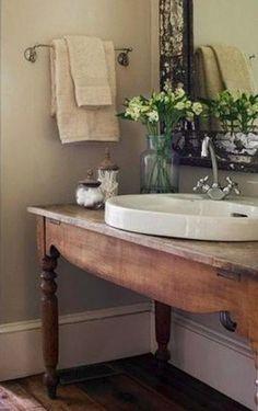 Olá,  Neste banheiro, uma mesa antiga foi usada como base para a pia com uma cuba mais moderna, mesclado o contemporâneo com um toque sutil do moderno. Gostaram?