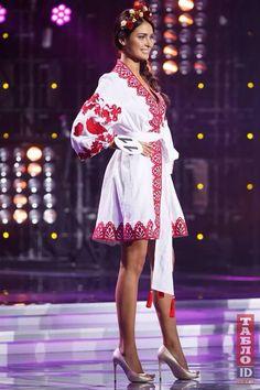 Ukrainian Beauty etno La nueva miss de Ucrania. Se llama Hrystyna Stoloka, tiene 18 años y es de Kyiv. Folk Fashion, Womens Fashion, Boho Outfits, Fashion Outfits, Ethno Style, Ukraine Girls, Ukrainian Dress, Sweet Lady, Folk Costume
