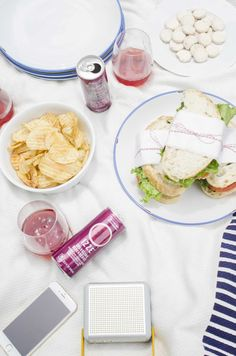 Modern picnic party idea with geometric pattern picnic blanket on @thouswellblog